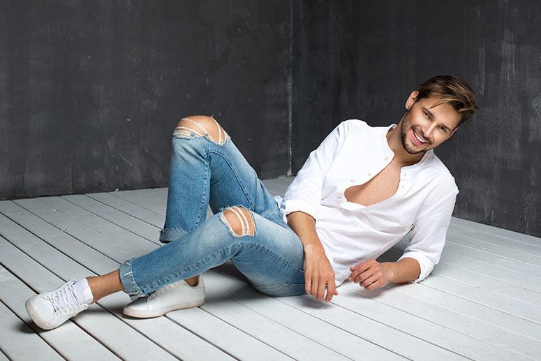 La tendenza dei jeans da uomo slim strappati